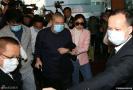 组图:香港富豪刘銮雄现身医院 获太太甘比搀扶