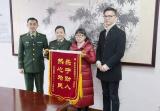 杭州消防女神下班途中救助两名受伤男子,全程陪伴护送医院