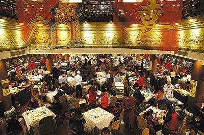 除夕夜,老字号全聚德前门店,年夜饭座无虚席,门口还有不少排队等待翻台的客人。
