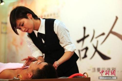 资料图:2019-06-17,一场特殊的追思仪式——故人沐浴,在上海龙华殡仪馆举行。入殓师为亡者(模特)仔细地擦洗身体,穿好丧服,一丝不苟地画上妆容,最后虔诚祈祷,让逝者美丽离去。摄影:张亨伟