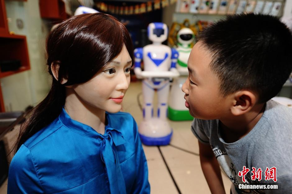 湖南首家机器人5S店落户长沙:智能美女吸睛