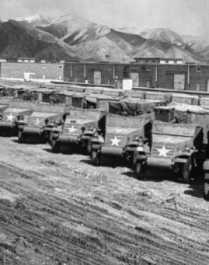 二战后盟军物资堆积如山 废弃战车一望无际