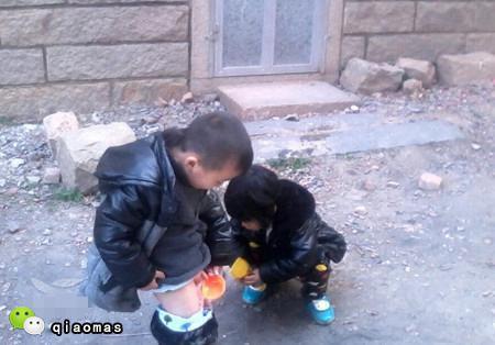 爱爱小�9�a���_2岁女儿和邻居小哥哥玩\