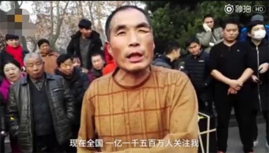 郑州大叔大妈尬舞升级:从抽筋舞到打架舞