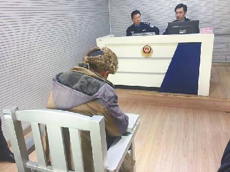"""济南/摩拜单车遭""""叠罗汉"""",破坏者被拘留掩面致歉"""