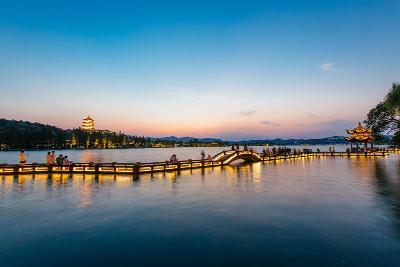 雷峰塔和西湖长桥(8月29日摄)。