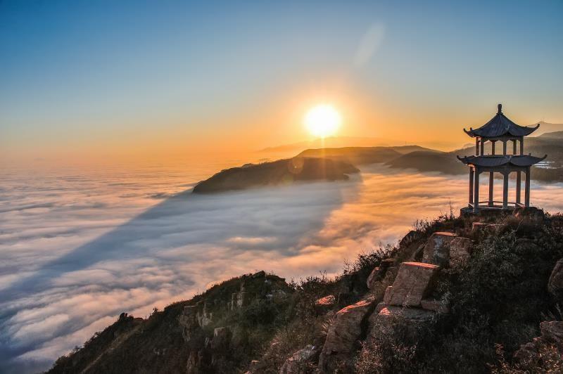 """伏羲山位于新密市,距省会郑州26公里,集奇峡幽谷、流泉飞瀑、丹霞石林于一体,飞禽走兽、兰草红叶、雨墨云烟于一处,其峡谷风情,生态美景,丹霞地貌等自然奇观堪称中原一绝,素有""""东方伊甸园""""之美誉。"""