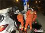 云南文山:面包车避让大货车不幸撞上路灯杆 驾驶员受伤被困