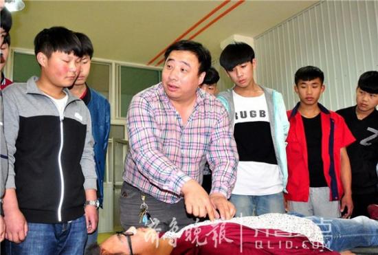 陈立辉/陈立辉在学校为学生讲解急救知识。(受访者供图)