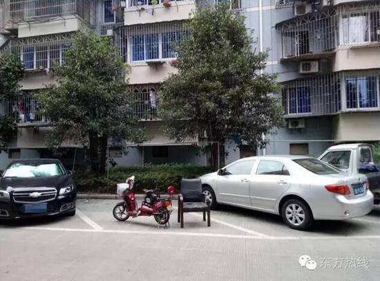 宁波一小区椅子电驴上阵抢车位 网友 还有更狠的