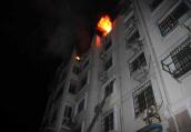 起火后母女扒6楼窗台身体悬空,脱手瞬间嘉兴消防徒手接人