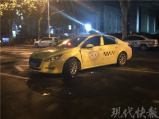 南京一摩托车迎面撞上出租车,一人飞出十多米