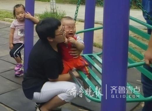 山东济南又见1岁幼童脚卡健身器材