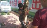 他被绑树上满身机油