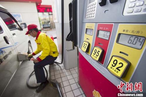 资料图:山西太原,加油站工作人员给车辆加油。 <a target='_blank' href='http://www.chinanews.com/'>中新社记者 张云 摄