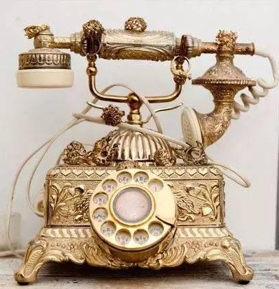 1915年1月25日,电话的发明者亚历山大·贝尔在贝尔实验室(AT&T前身)拨通了一个电话,对方是他的前实验室合作伙伴华生。此时听筒传出贝尔的声音: