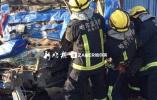 绥满高速货车追尾 驾驶室被撞瘪消防破拆救人