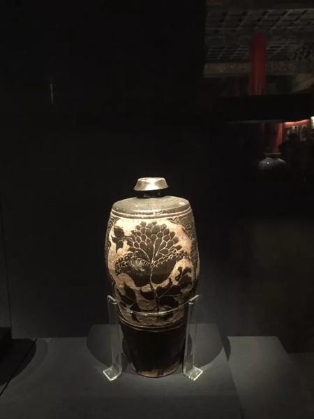 西夏-灵武窑黑釉剔花折枝牡丹纹瓶-故宫馆藏