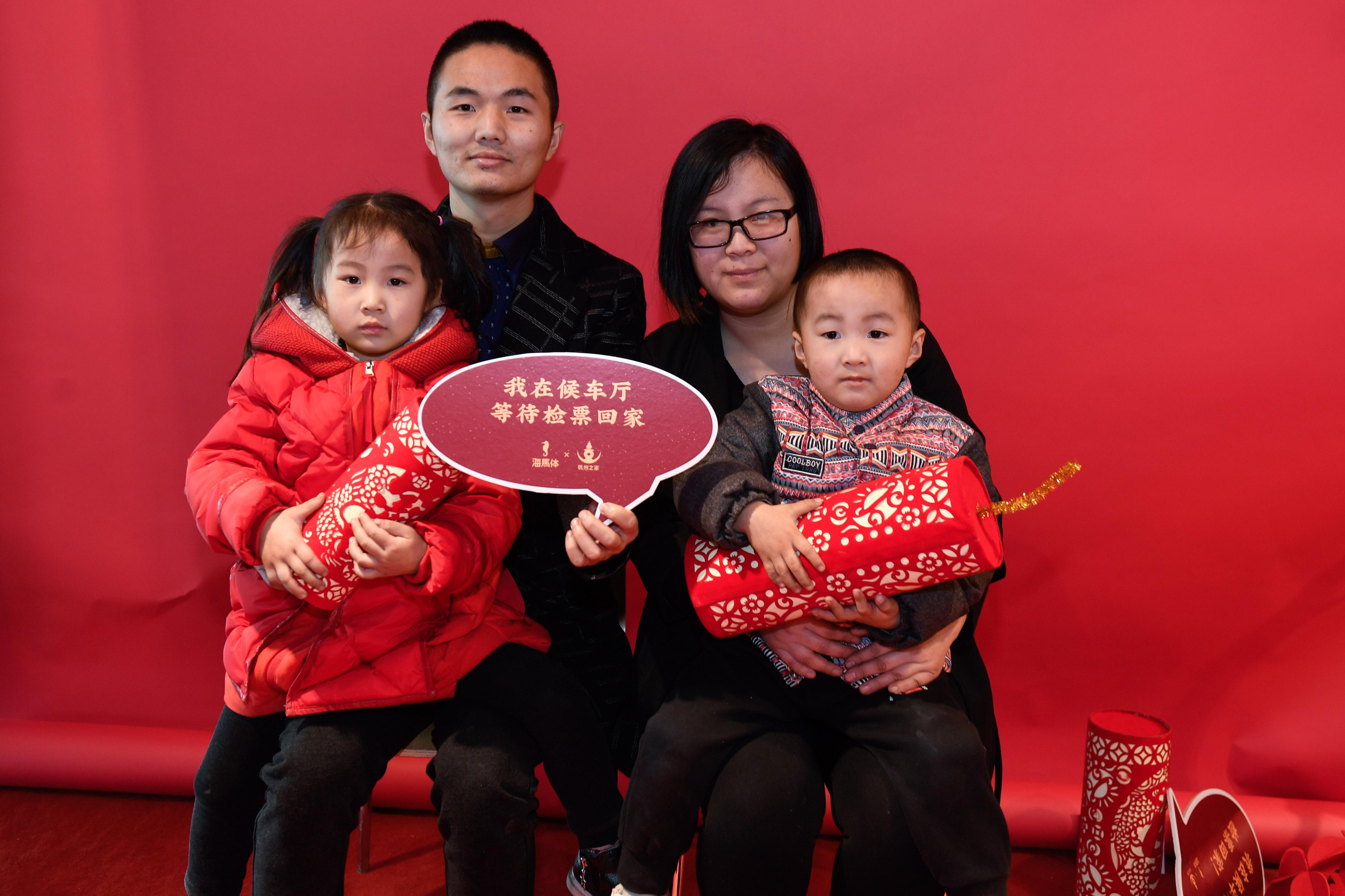 """杭州火车站的""""幸福照相馆"""":小镜头记录""""过年回家""""的大喜悦"""