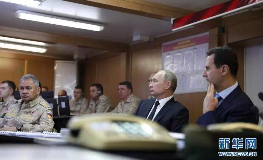 ▲资料图片:2017年12月11日,俄罗斯总统普京和叙利亚总统巴沙尔在赫迈米姆空军基地一同检阅军队,并听取报告。