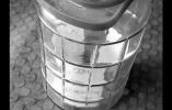 沈阳一商户20元卖个玻璃罐 内有4.6万元现金