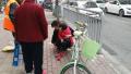 郑州街头三岁女童脚卡自行车轮 路人纷纷援手相助
