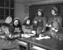 第一批女飞行员:毛泽东称赞,细妹子不简单,飞得好高啊