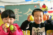 """聊城茌平:幼儿园小朋友绘彩蛋迎""""春分"""""""