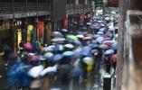 小长假雨纷纷 缤纷雨伞成风景!