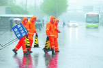 北京10万余人应战强降雨 主要道路未出现积滞水