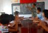 残疾教师在偏僻山区执教41年 拄拐杖站立课堂