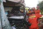 货车追尾环卫车油箱漏油司机被困车内,义乌消防紧急破拆施救