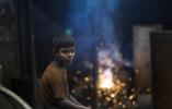【组图】小小年纪负重前行 孟加拉国船舶螺旋桨制造厂里的童工