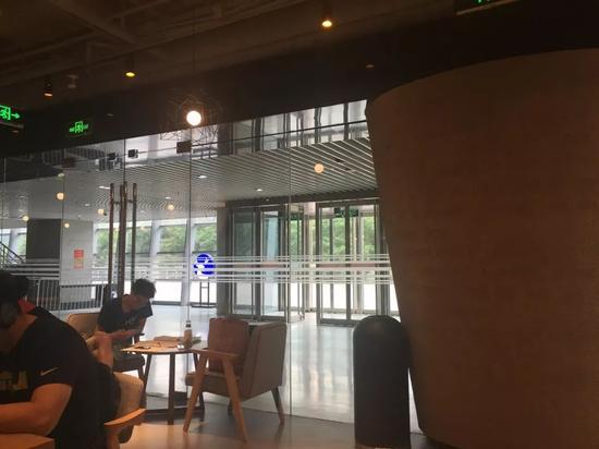 在瑞幸咖啡店内上自习的同学自带了一瓶饮料   图 赵雷