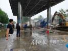 雨中拆违不停歇!济南建设路1500平米违建加油站开拆