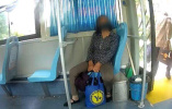 女子携不明液体乘车遭拒,报警被查原来是尿