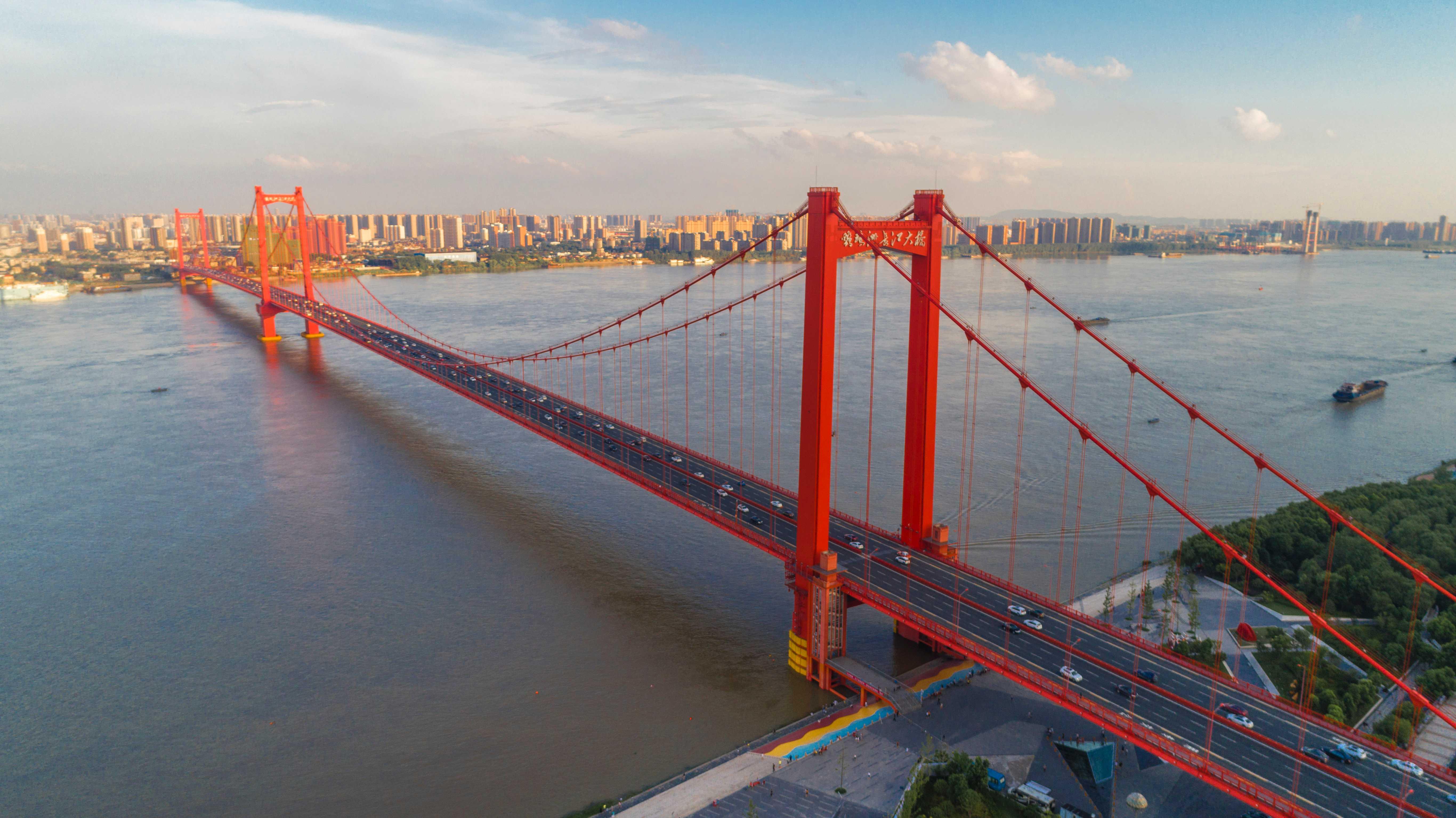 俯瞰湖北武汉鹦鹉洲长江大桥图片