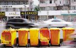 """杭城部分小区垃圾桶被摆上马路 垃圾桶,奈何成了""""拦路虎"""""""