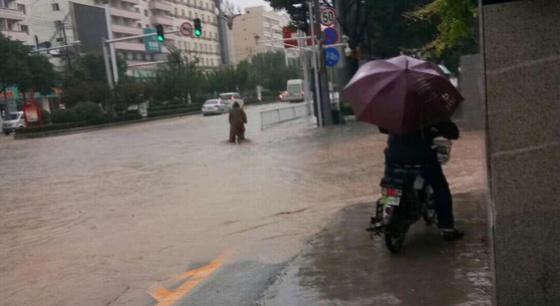 兰州暴雨 数十辆车被洪水卷走