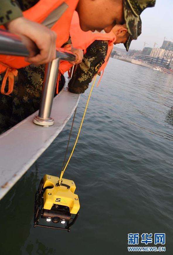 10月28日,武警重庆市总队船艇支队队员在通过水下机器人进行搜救。新华社记者 王全超 摄