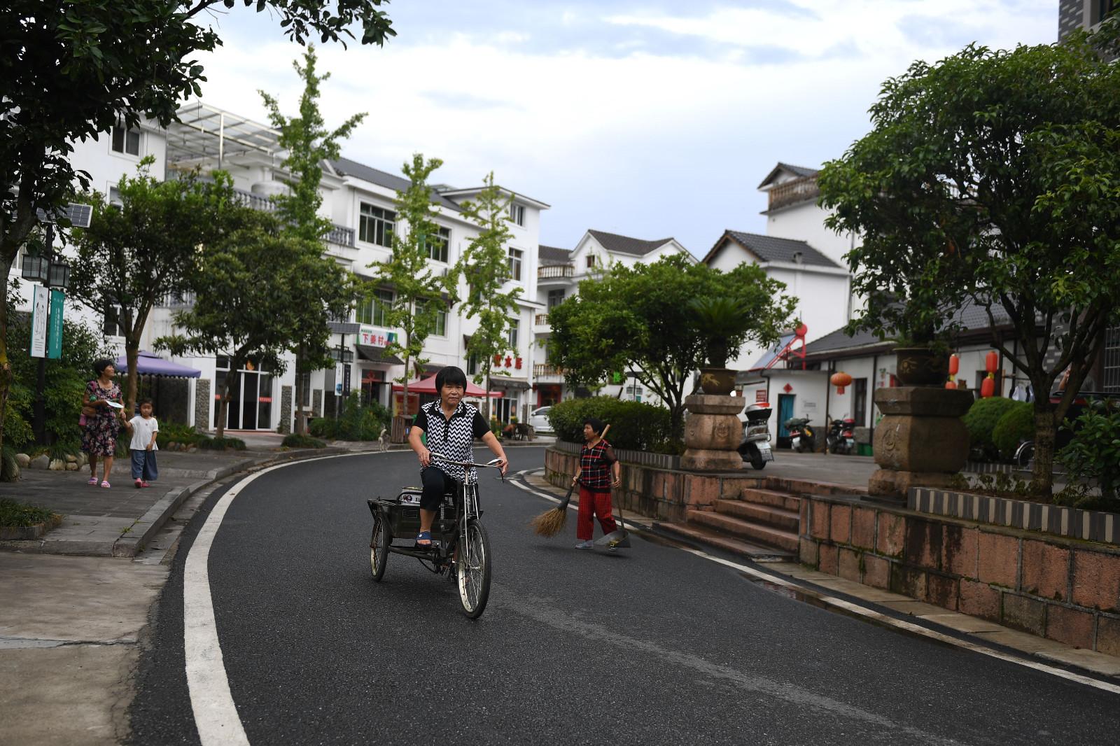下姜村村民在村庄里骑行(2017年8月9日摄)。新华社记者 黄宗治 摄