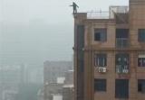 河南高中生18层楼顶不慎坠亡 网友质疑是楼体不结实造成