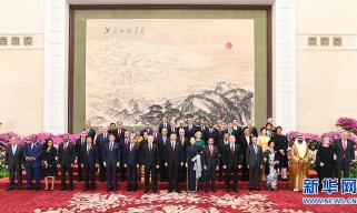 """习近平和彭丽媛欢迎出席第二届""""一带一路""""国际合作高峰论坛的外方领导人夫妇及嘉宾"""