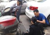 郑州一女司机油门错当刹车 骑车大妈吓得摔翻在地