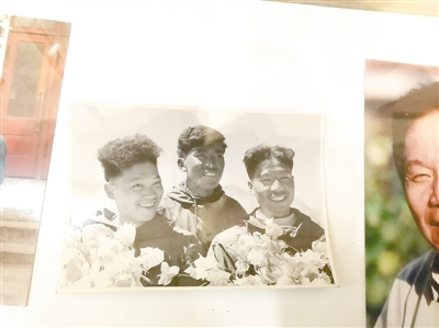 淮阳中学校史馆保存的当年王富洲(右一)和队友照片
