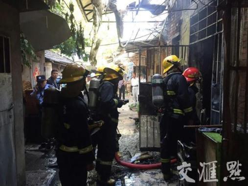 今晨南京珠江路一民宅起火  房主大哭因屋裏有2萬塊錢