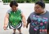 610斤母女减肥 母亲买不到衣服一件穿7年