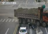 大货车撞来的前一秒 男子一个动作保住命