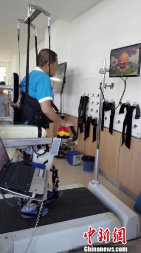 医学机器人技术在康复领域已初显成效,图为一位患者正在机器人的帮助下恢复运动功能。 朱明宇 摄