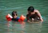 男子露天玩水9小时全身脱皮 夏季游泳你得这样防晒!
